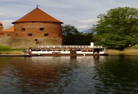 """Ekskursija laivu """"Nepažinti Trakai"""" su kibinų degustacija Trakuose"""