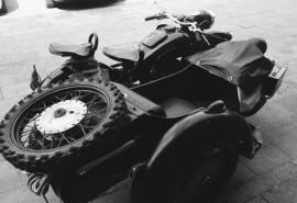 Pasivažinėjimas senoviniu motociklu lopšyje po Vilniaus senamiestį dviems