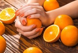 Vanile/apelsinais kvepiantis manikiūras su lakavimu