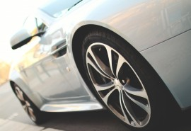 Lengvojo automobilio sėdynių ir durelių cheminis valymas ir kėbulo išorės plovimas su nusausinimu