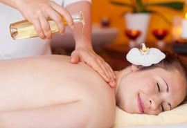 Ajurvedinis nugaros masažas su šiltu aliejumi ir žolelių mišiniu