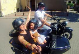 Pasivažinėjimas senoviniu motociklu lopšyje po Vilniaus senamiestį dviem