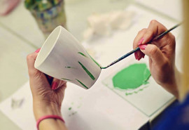 Viršglazūrinis piešimas ant puodelio