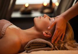 Veido ir dekoltė masažas su migdolų arba makadamijos aliejumi