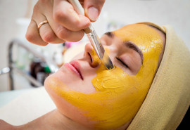 Jauninanti veido procedūra su aukso esencija