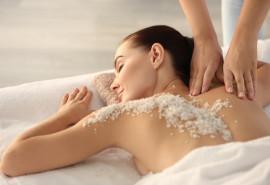 Kūno šveitimas Negyvosios jūros druska ir masažas šiltu aliejumi