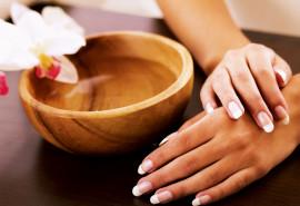 SPA manikiūras naudojant sojų vaško žvakes ir paprastas lakavimas