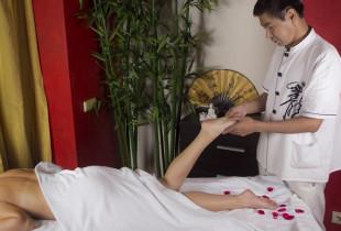 Visą kūną atpalaiduojantis kiniškas pėdų masažas