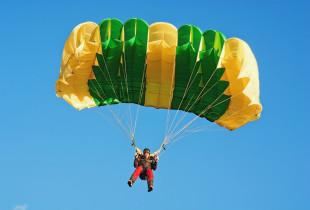 Šuolis valdomu sparno tipo parašiutu