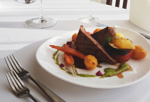 Gardi vakarienė jūrinės tematikos restorane, viešbutyje ALANGA
