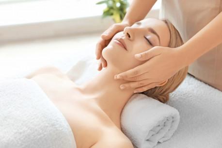 Veido odos pilingas vandeniu ir vakuuminis masažas
