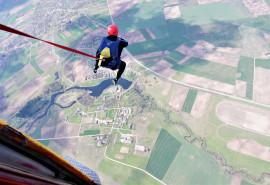 """Savarankiškas šuolis valdomu """"sparno"""" tipo parašiutu Raudondvaryje"""